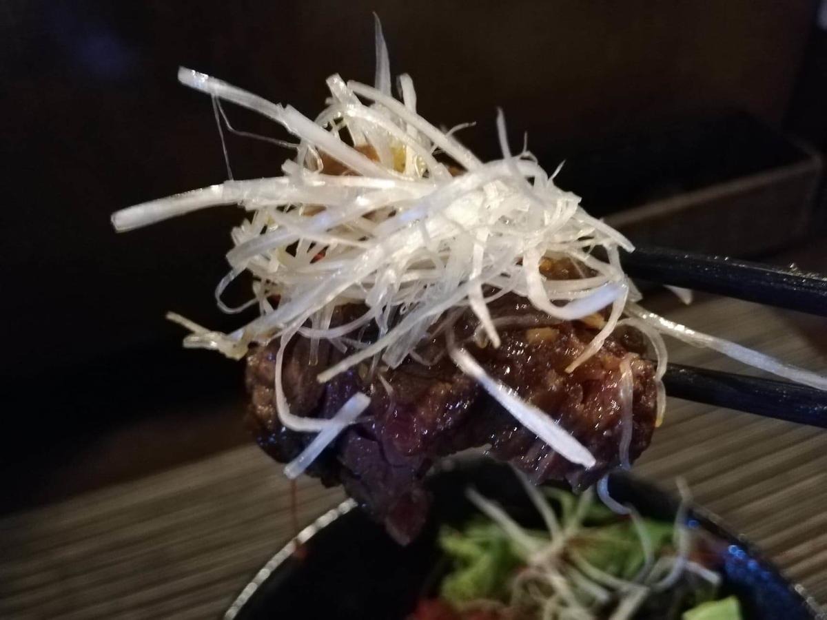 浦和『carnegico(カルネジコ)』の赤身ステーキとネギの写真