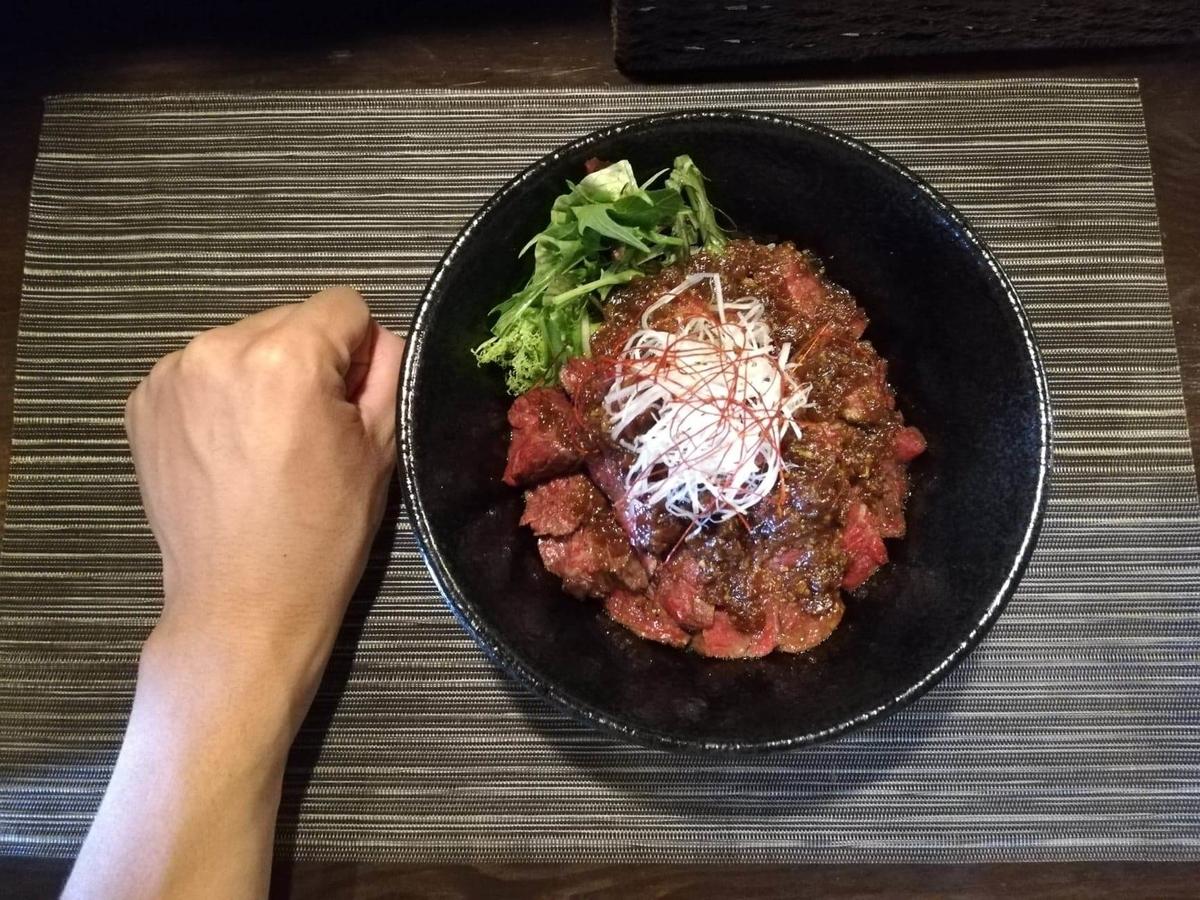 浦和『carnegico(カルネジコ)』の赤身ステーキ丼と拳のサイズ比較写真