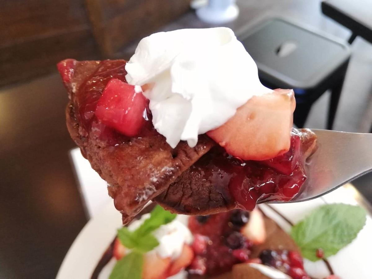 三軒茶屋『CAFE HOME MADE(カフェホームメイド)』のゴリラパンケーキのミックスベリーを持ち上げている写真