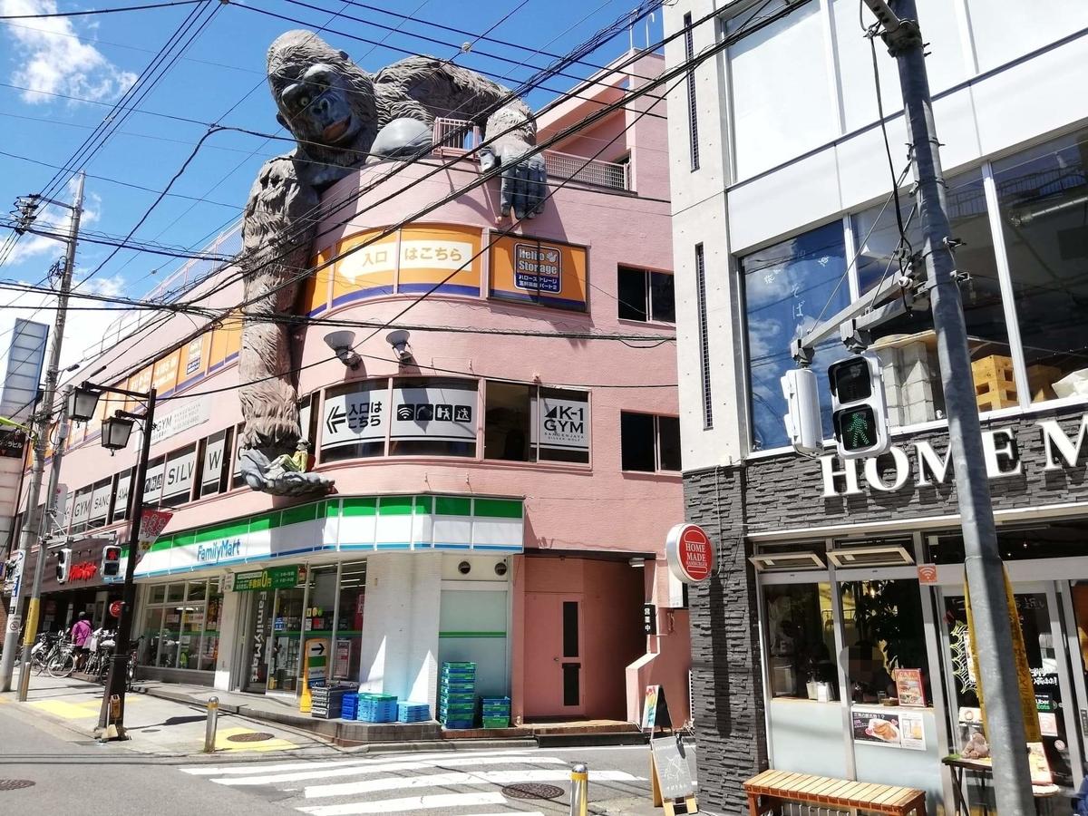 三軒茶屋『CAFE HOME MADE(カフェホームメイド)』の隣にあるゴリラ像の写真
