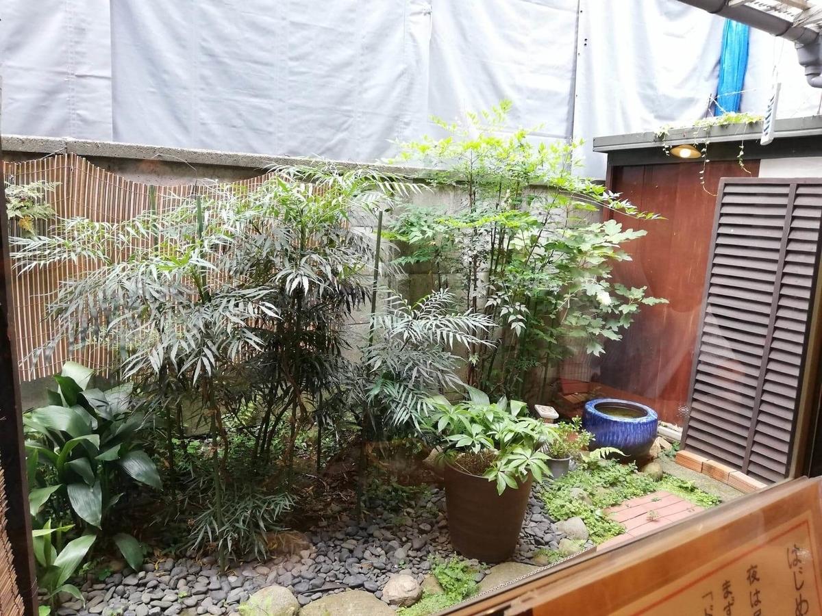 池袋『カレーうどん ひかり TOKYO』の庭の写真