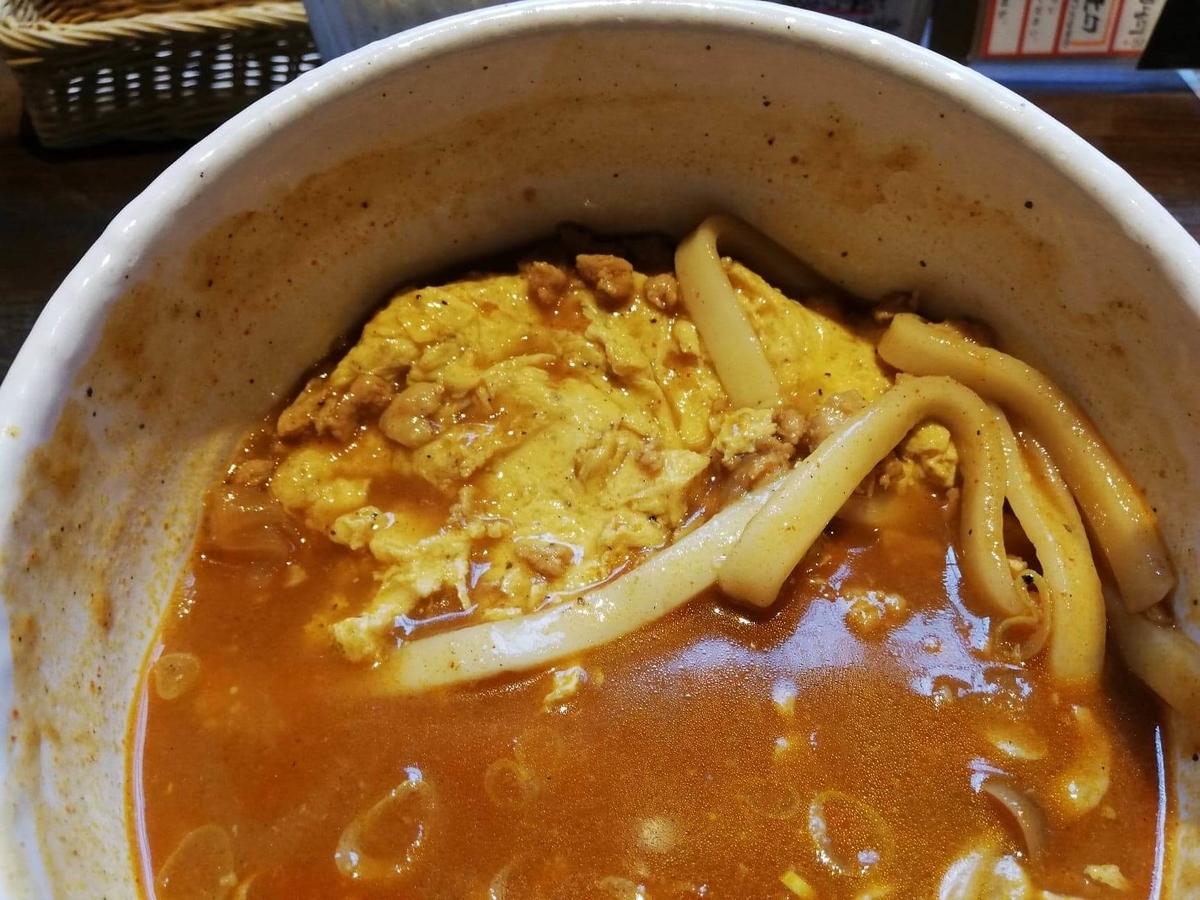 池袋『カレーうどん ひかり TOKYO』のひかりカレーうどんの卵の写真