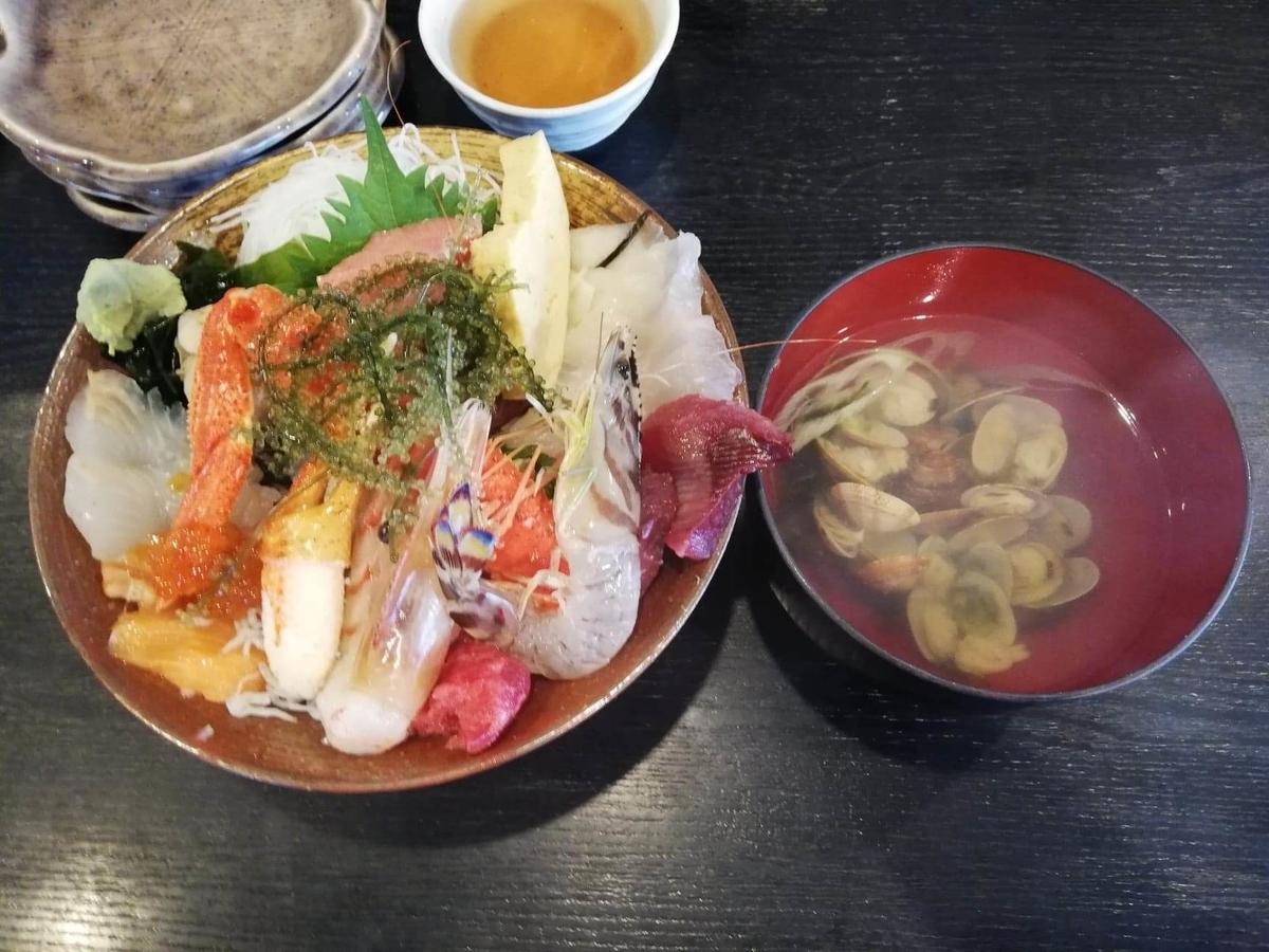 北千住『市場食堂さかなや』の極上海鮮丼セットの写真