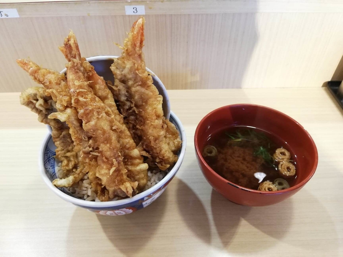 高田馬場『天麩羅えびのや』の海老四本丼と味噌汁の写真