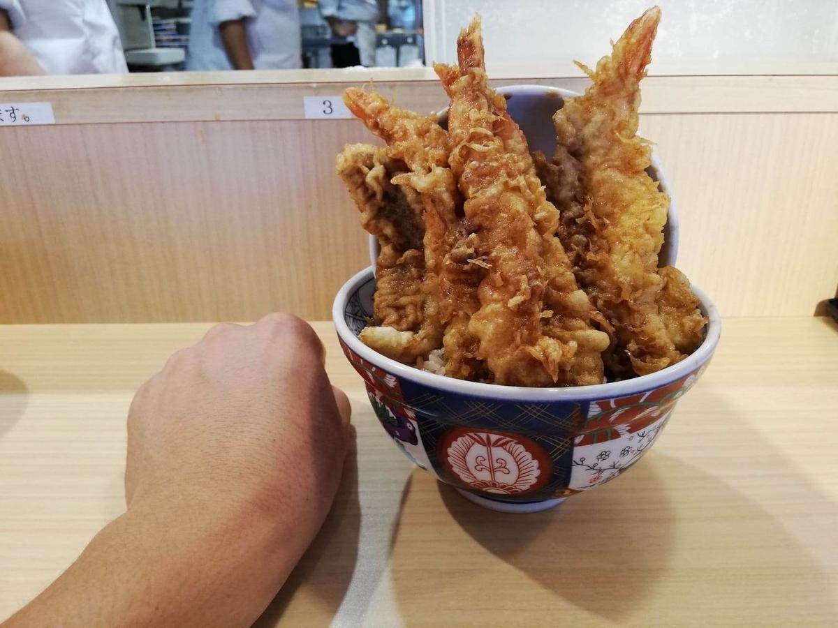 高田馬場『天麩羅えびのや』の海老四本丼と拳のサイズ比較写真