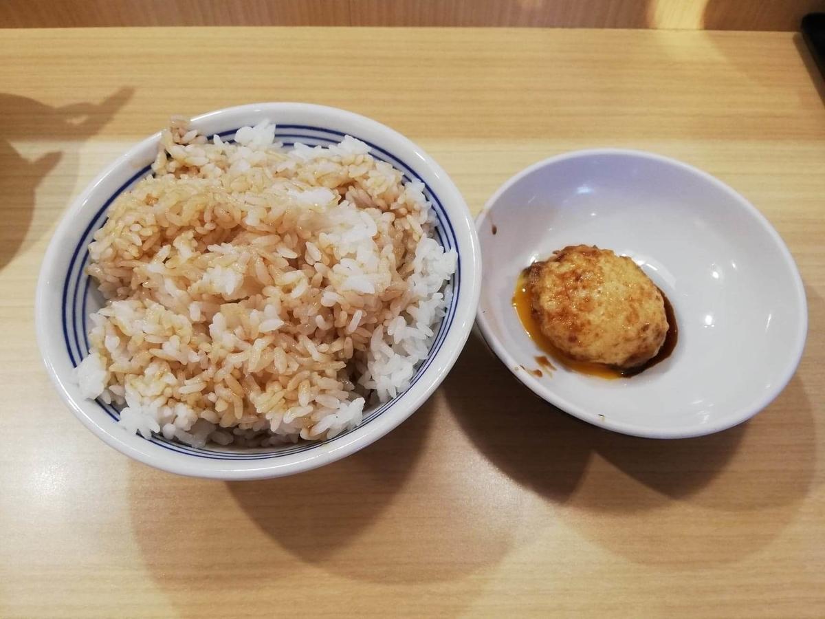 高田馬場『天麩羅えびのや』のライスと玉子の天ぷらの写真