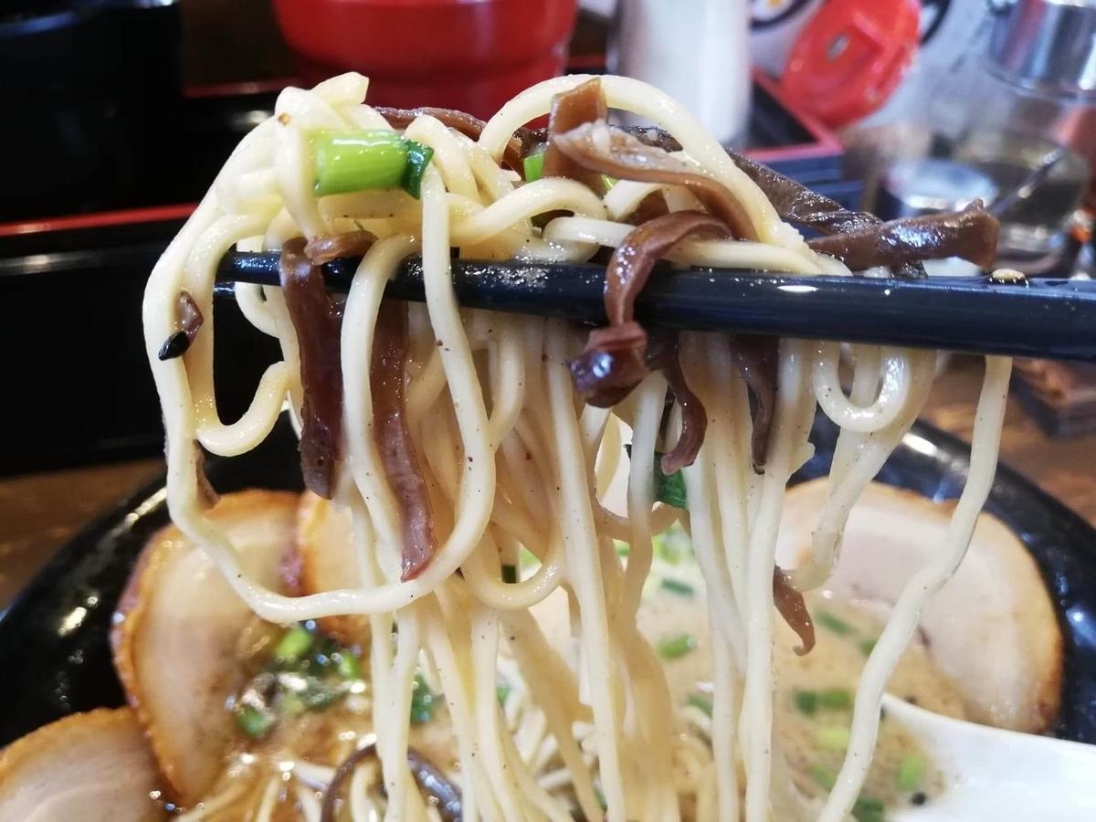 練馬『麺屋黒田』の麺とキクラゲの写真