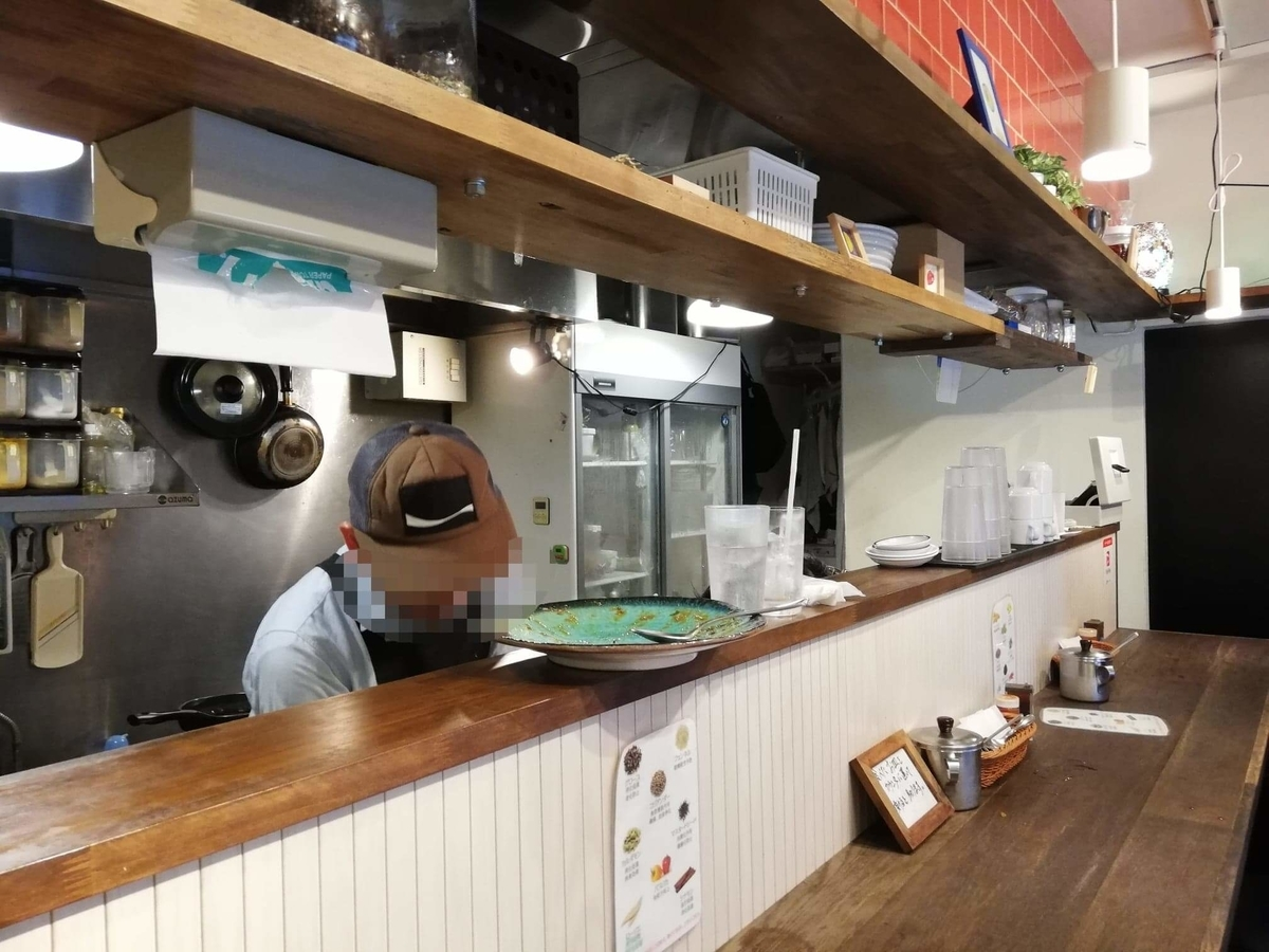 西武新宿『スパイシーCURRYハウス半月』の店内写真①