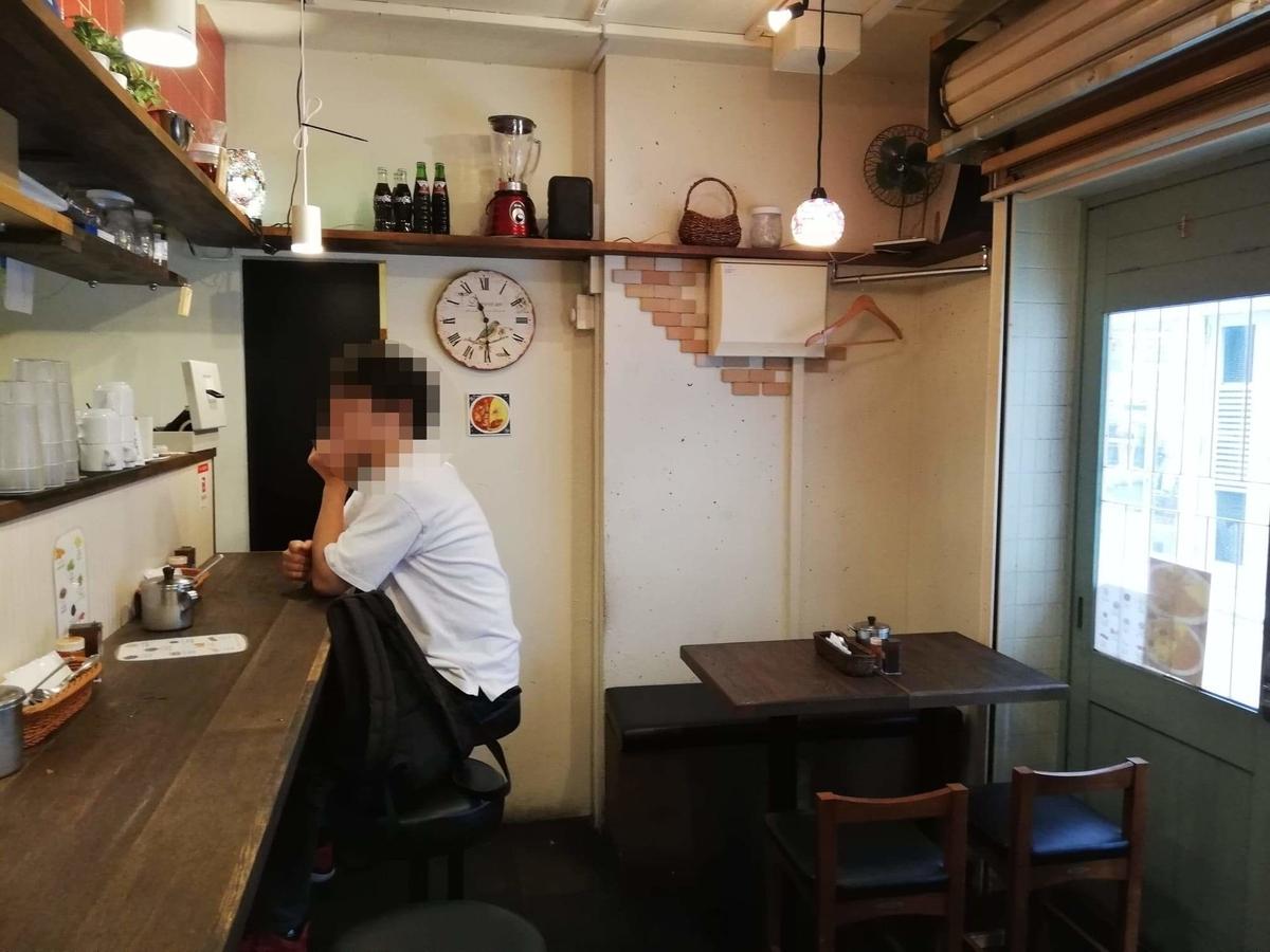 西武新宿『スパイシーCURRYハウス半月』の店内写真②