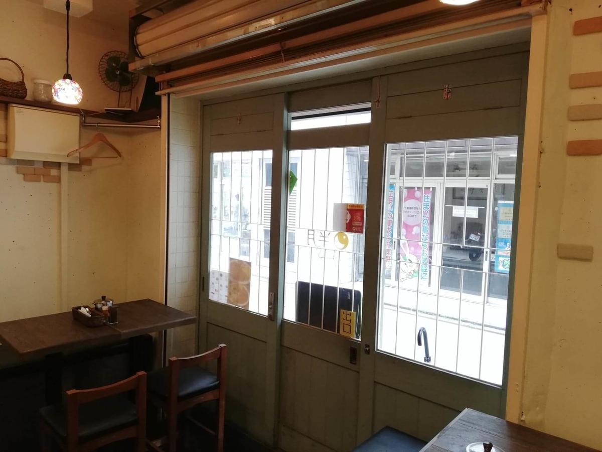 西武新宿『スパイシーCURRYハウス半月』の店内写真③