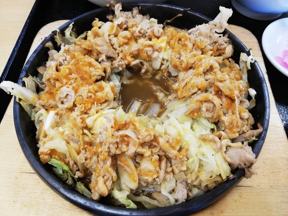 東中野『大盛軒』の鉄板麺の真ん中に穴を開けた写真