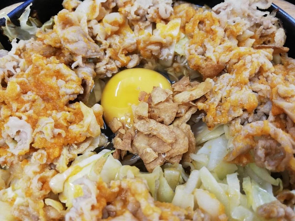 東中野『大盛軒』の鉄板麺に生卵とガーリックを入れた写真