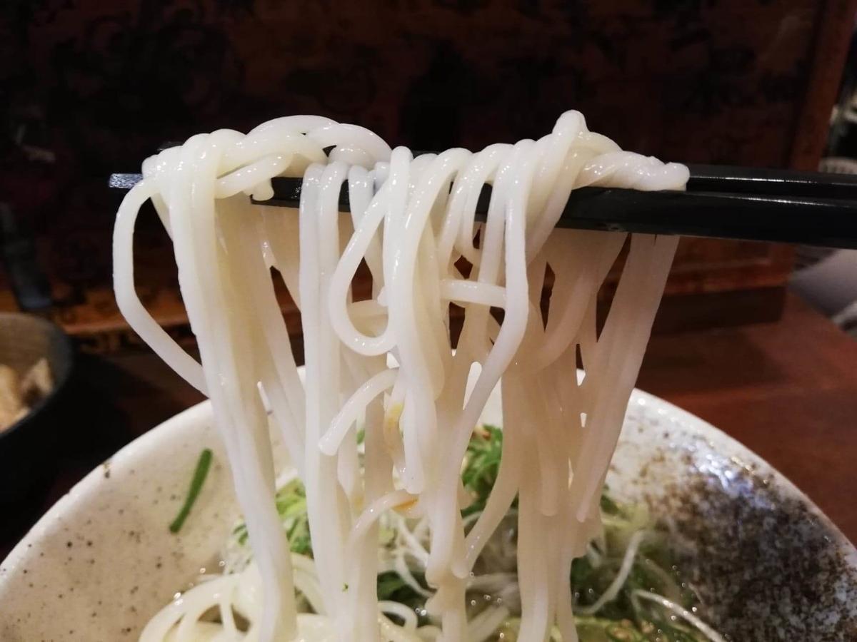 東中野『阿波や壱兆』のそうめんを箸で持ち上げた写真