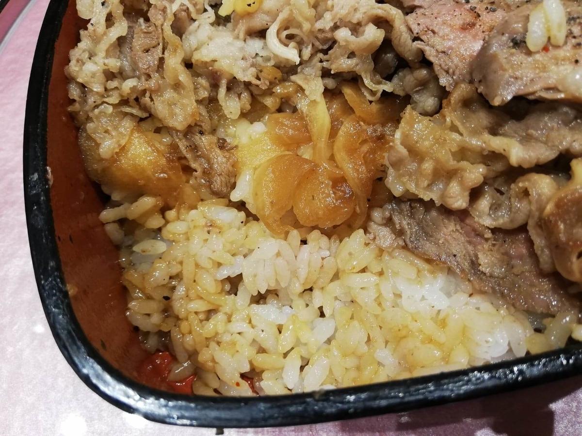 大阪『ビフテキ重・肉飯 ロマン亭』の、ロマン亭錦重のライスの写真