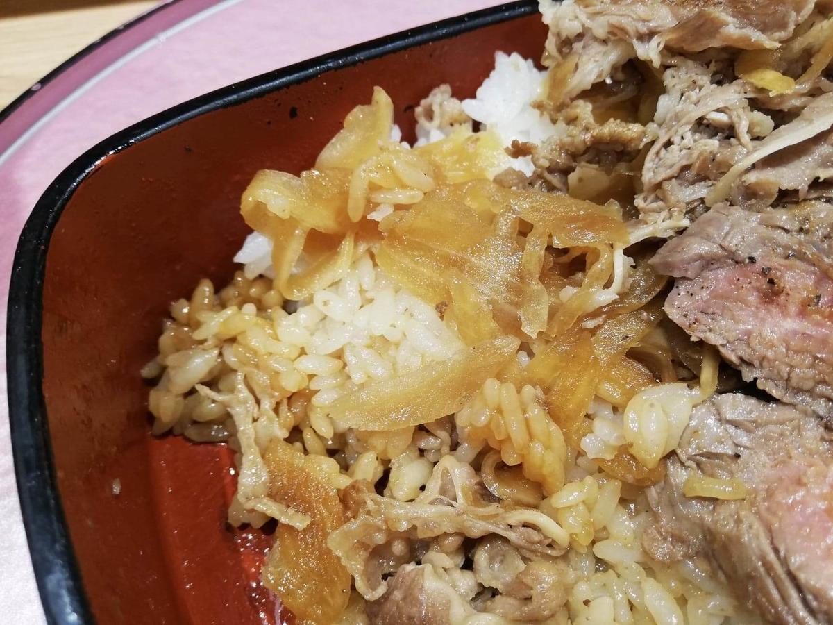 大阪『ビフテキ重・肉飯 ロマン亭』の、ロマン亭錦重の玉ねぎのアップ写真
