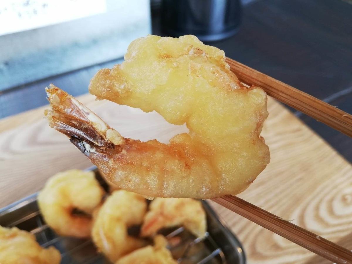 武蔵浦和(北戸田)『武蔵野うどん澤村』の小海老を箸で掴んでいる写真