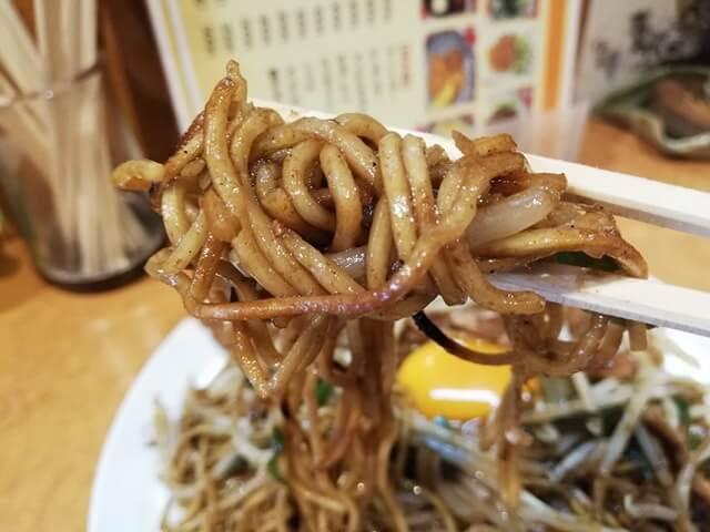 東武練馬『あぺたいと』の、あぺたいと両面やきそばを箸で持ち上げた写真