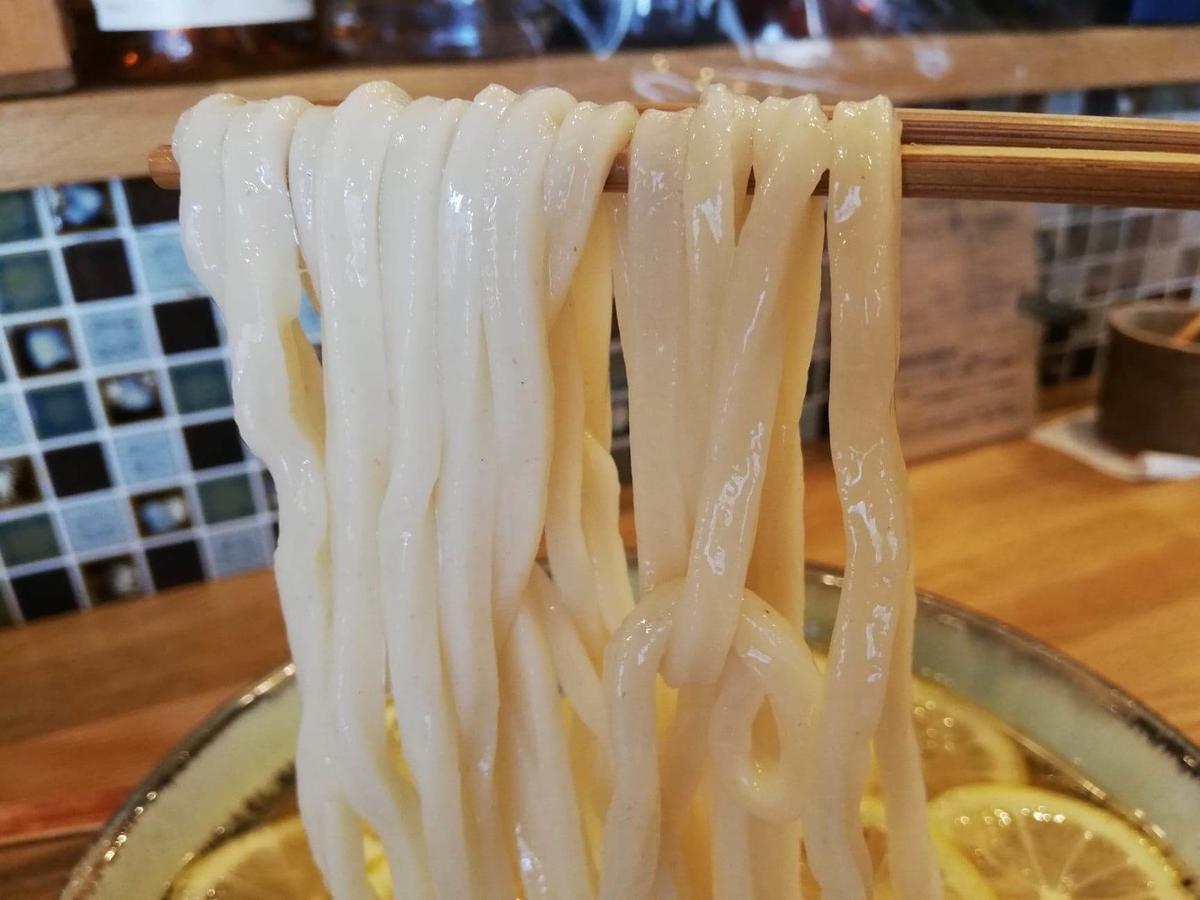 本川越『うどんとお酒土麦』の、レモンの冷かけうどんの麺の写真