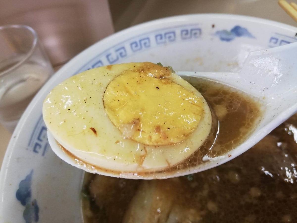 光が丘『めんくい』のとんこつラーメンの卵の写真