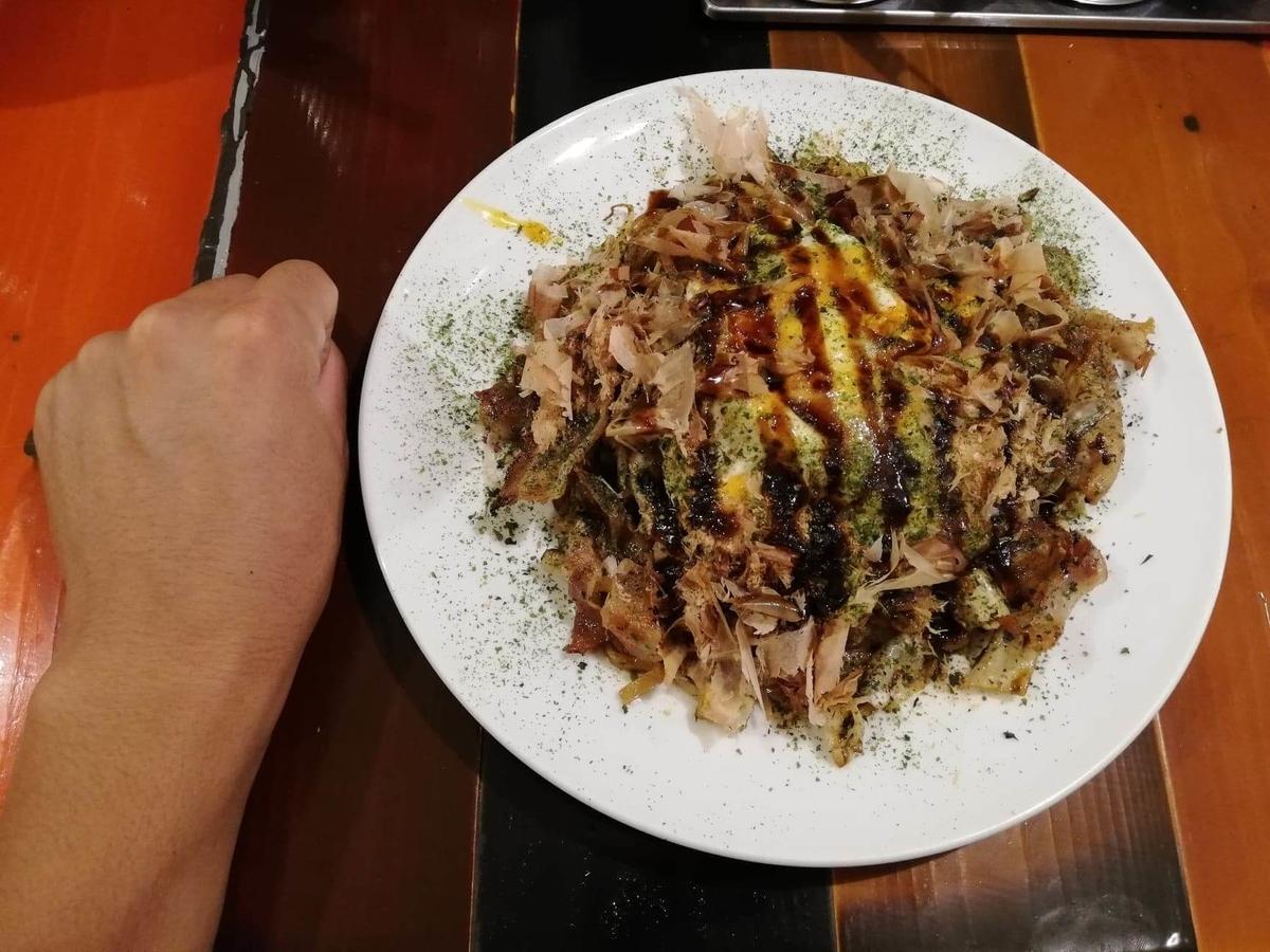 高田馬場『真打みかさ』のソース焼きそばと拳のサイズ比較写真