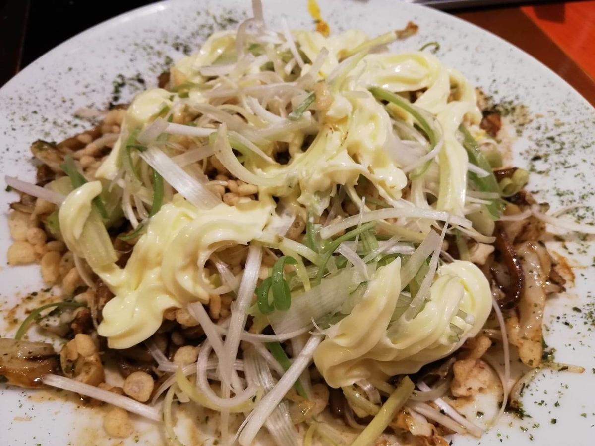 高田馬場『真打みかさ』のソース焼きそばにマヨネーズをかけた写真