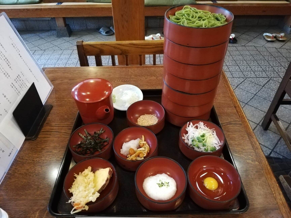本川越『茶そば寿庵蔵のまち店』の、茶そば割子そば七段の写真