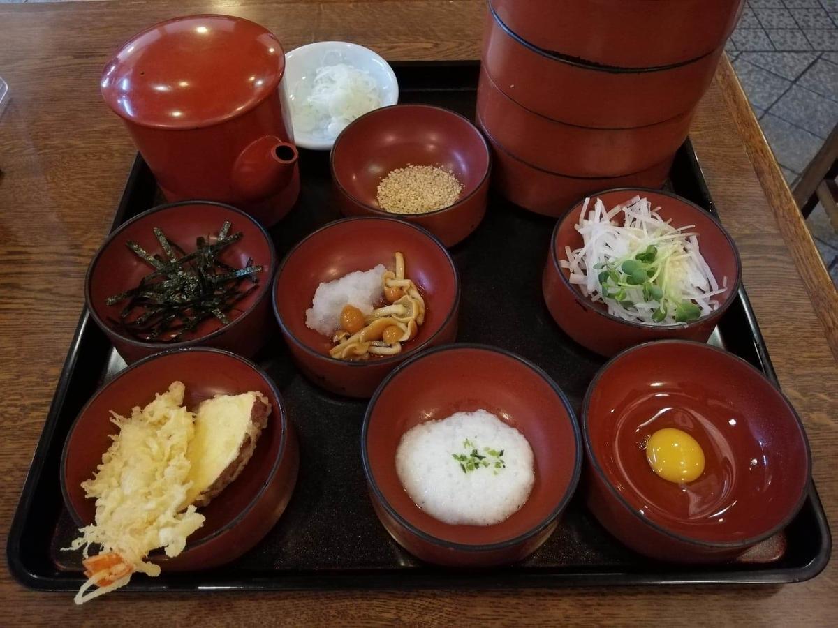 本川越『茶そば寿庵蔵のまち店』の、茶そば割子そば七段の薬味の写真