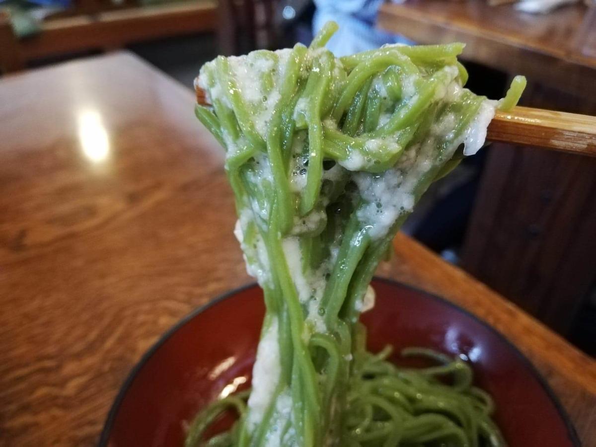 本川越『茶そば寿庵蔵のまち店』の、茶そば割子そばにとろろを混ぜた写真