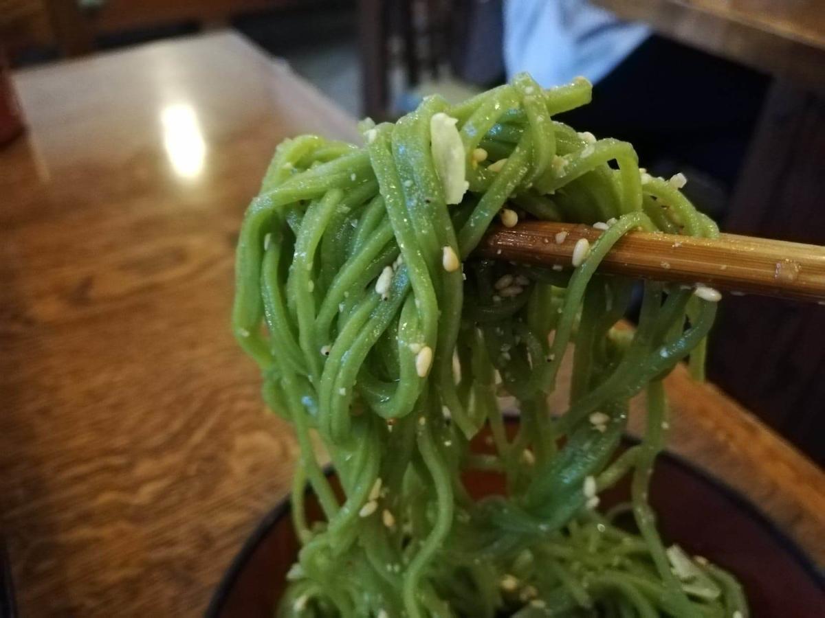 本川越『茶そば寿庵蔵のまち店』の、茶そば割子そばにゴマを混ぜた写真