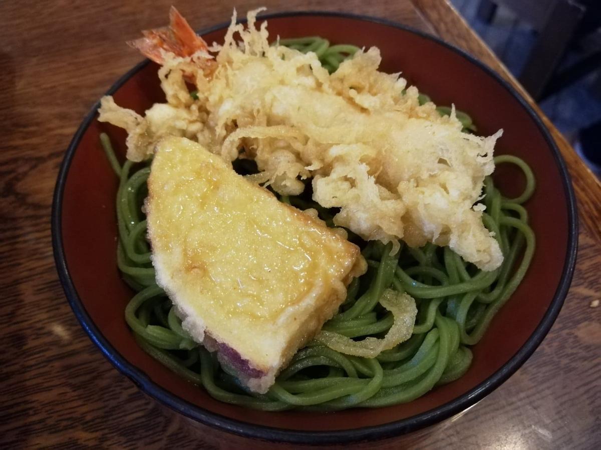本川越『茶そば寿庵蔵のまち店』の、茶そば割子そばに天ぷらを乗せた写真