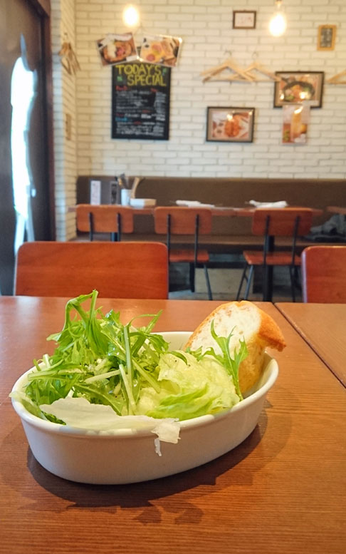 サラダとバゲット