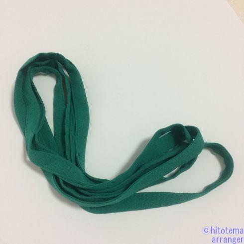 緑色の平たくて細いひもです