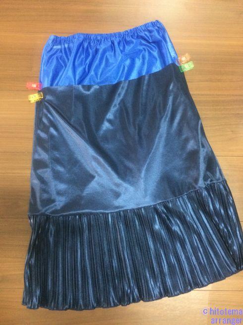 青いペチスカートにキャミワンピから取り出したネイビーのスカート部分を重ねた画像