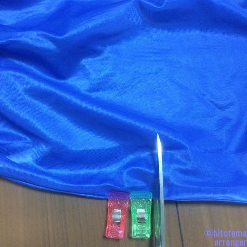 青いペチスカートをカットしている画像