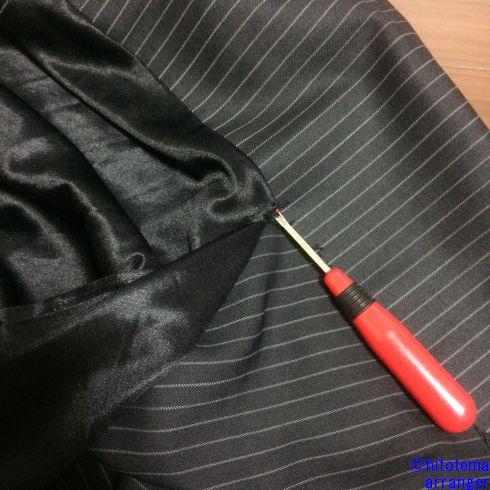 スカートの裾をリッパ―でほどいているところの画像