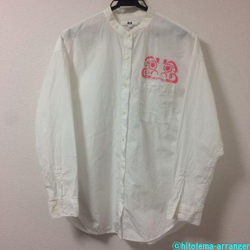 壁に白い長そでシャツがかかっている画像