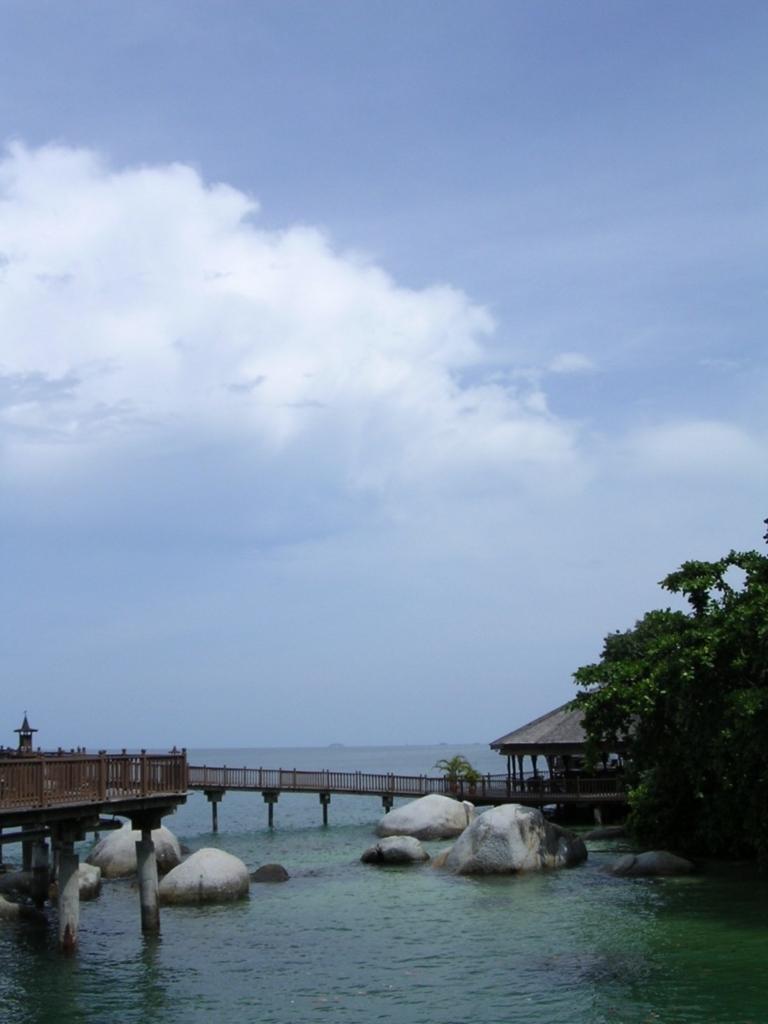 バンガローをつなぐ橋と大きな岩