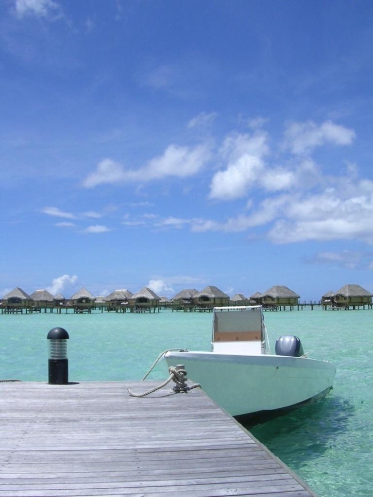 遠浅の海とボート、遠くに見えるバンガロー
