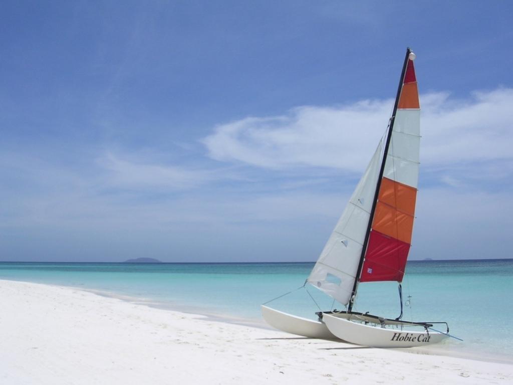 白砂の浜とヨット
