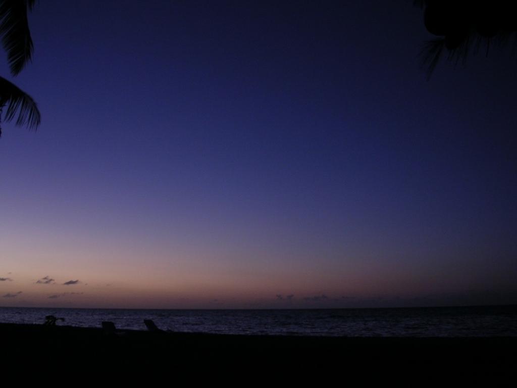 日が沈み、カクテルのように静かな層ができた空