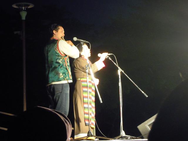 チベットの歌姫パッサン・ドルマさん(歌)とテンジン・クンサンさん(笛)のステージの様子