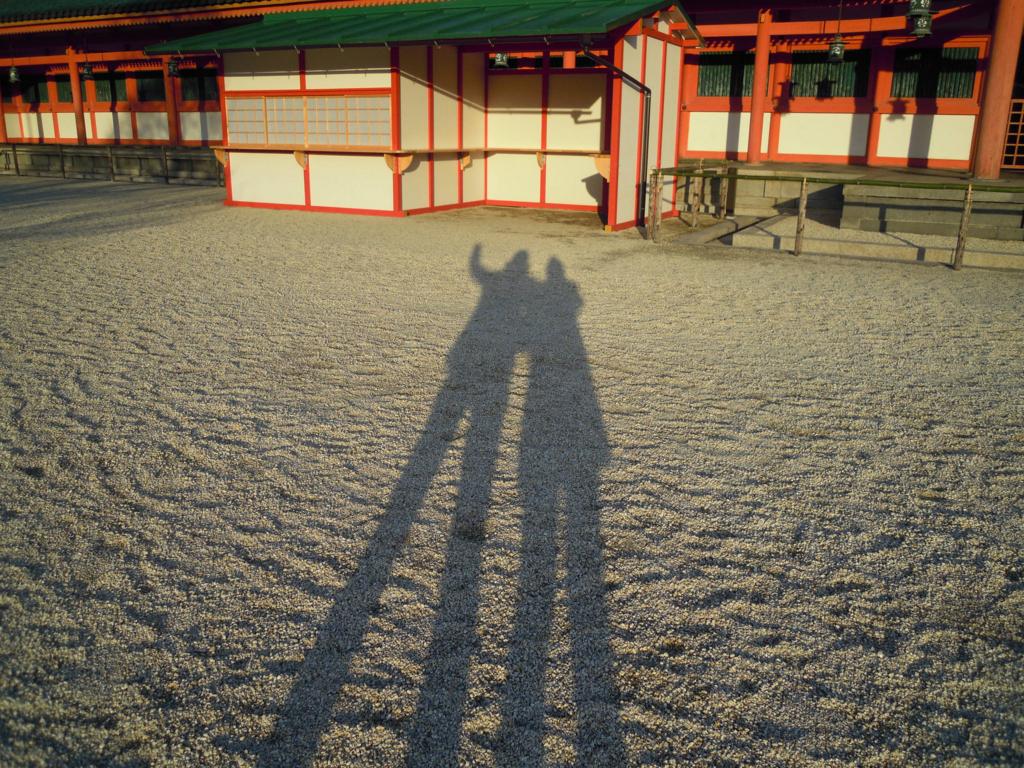 平安神宮で、夫婦二人の影