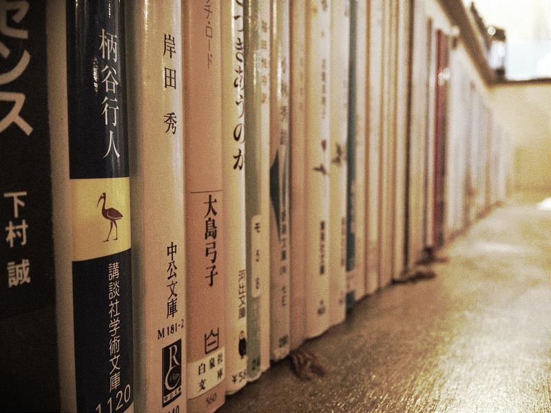 カウンターに並んだ文庫本