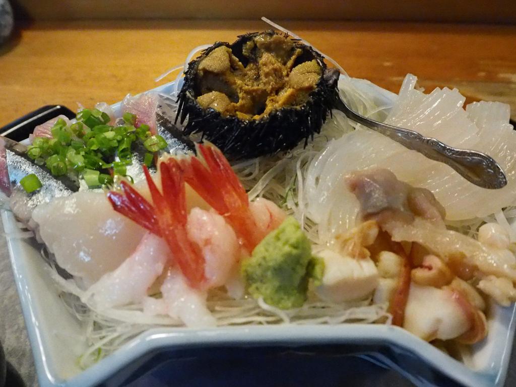 江戸松のお刺身、ウニやらエビやらがメインのお皿