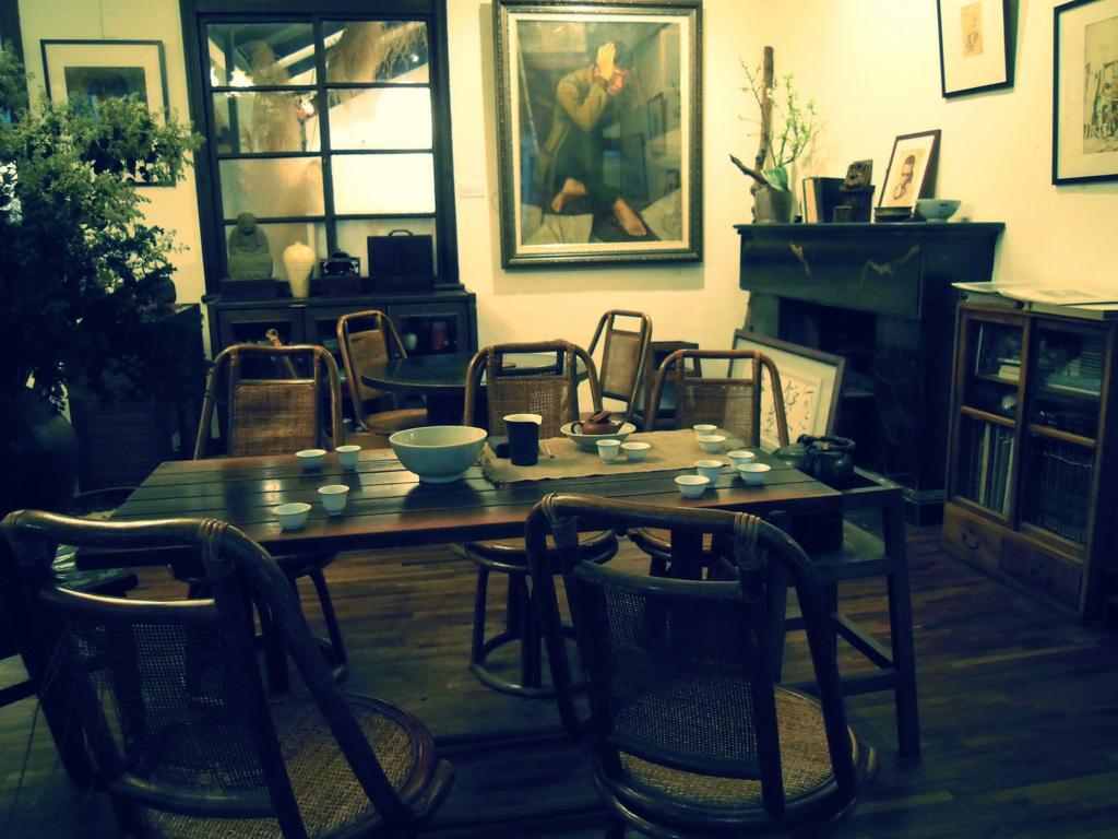 紫藤廬のテーブル席の雰囲気