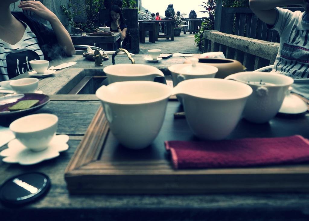 九份茶房でみんなでお茶を飲む様子