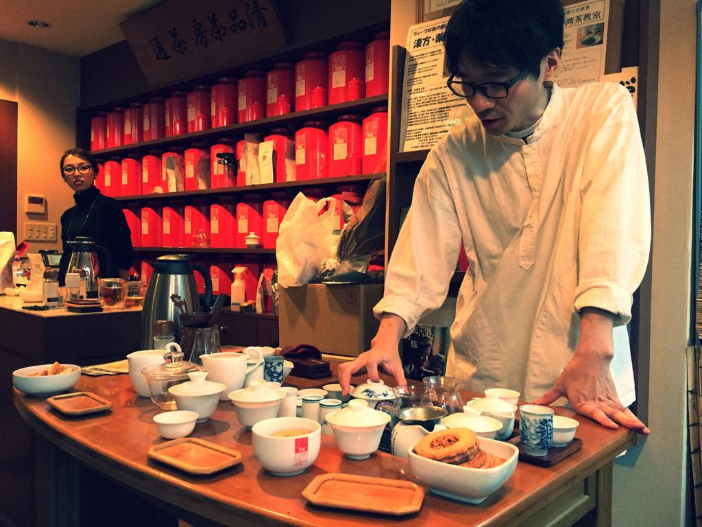 店舗にてお茶を淹れる田島さん