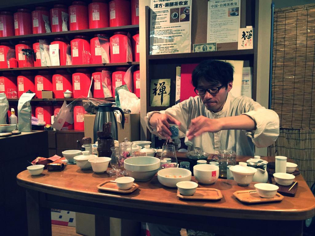 修行僧のごとくお茶を淹れる田島さん
