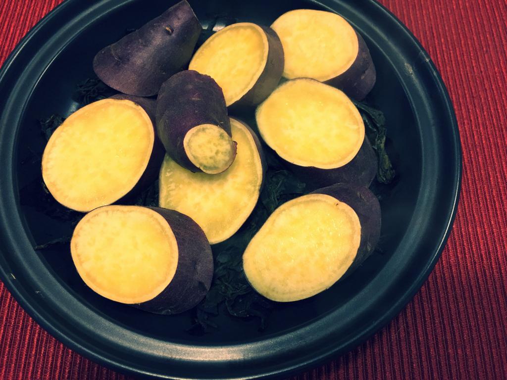 タジン鍋に茶殻を敷いて蒸したお芋