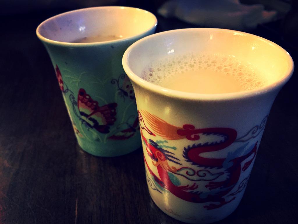 龍と蝶の茶飲みに注がれたミルク茶